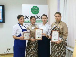 Студентки колледжа «Царицыно» Ангелина Кравцова (справа), Валерия Горбачева (по центру) и Екатерина Супрунова (вторая слева). Фото: Виктор Мошков