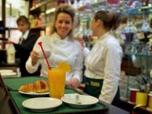 В «Коломенском» и «Царицыне» может появиться больше десятка нестационарных кафе и торговых точек. Фото: архив, «Вечерняя Москва»
