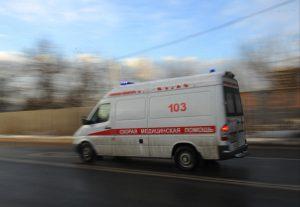 Врачи осматривают пострадавшего. Фото: Александр Кожохин