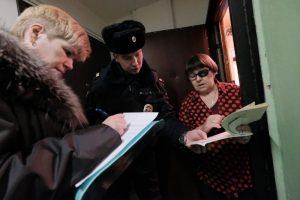 Сотрудники правоохранительных органов ведут тщательную работу на юге Москвы. Фото: Максим Аносов, «Вечерняя Москва»