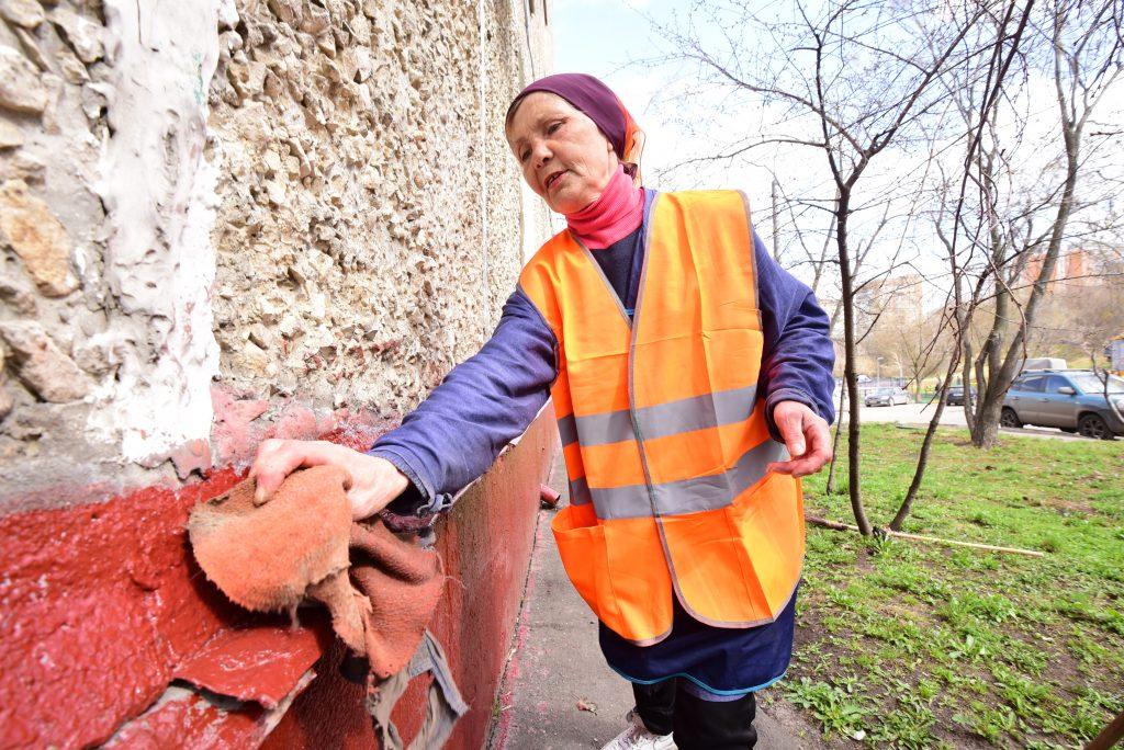 20 апреля 2018 года. Дворник Людмила Стенякина отмывает цоколь на улице Высокой. Фото: Пелагия Замятина