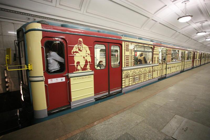Около трех тысяч стикеров с просьбой уступить место беременным расклеили в метро. Фото: Антон Гердо, «Вечерняя Москва»