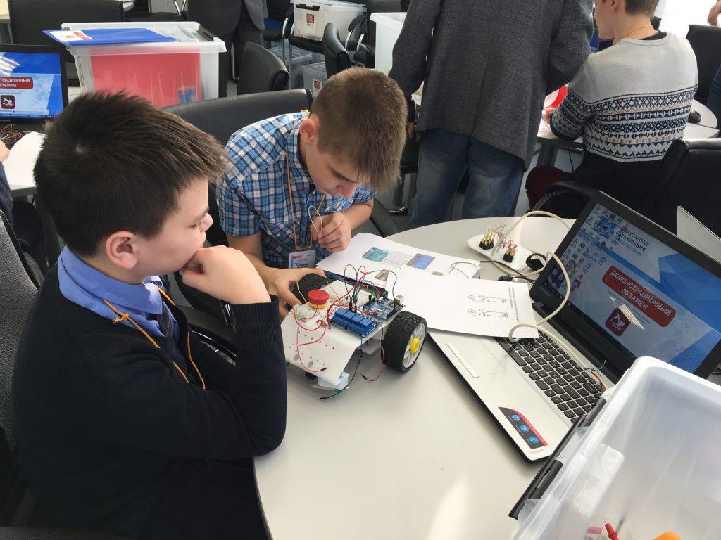 Прототипирование и мобильная робототехника: демонстрационный экзамен для школьников провели в столице