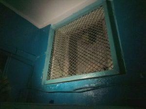Дымоуводящие вытяжки на каждом из этажей — единственное, что поможет пережить пожар при неподключенных кранах. Фото: Анастасия Бунтова