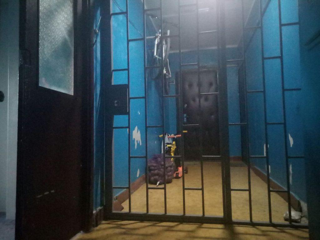 Перекрытие металлической решеткой прохода к двум квартирам. Доступ к пожарному крану открыт. Фото: Анастасия Бунтова