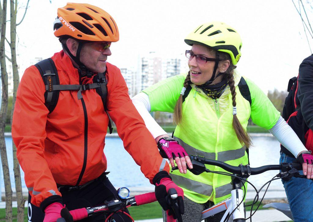 29 апреля 2018 года. В Южном округе существуют целые группы любителей велосипедов, например, — «Дерзкие МСК». Виктория Левенкова, одна из основателей клуба, с Евгением Батулиным во время велопрогулки. Фото: Пелагия Замятина