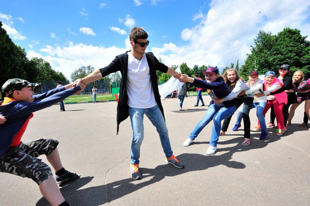 5 июля 2016 года. Ребята из Чертанова, посещающие программу «Московская смена», играют в парке. Работу площадок проекта в этом году по просьбе родителей продлили на час. Фото: Пелагия Замятина