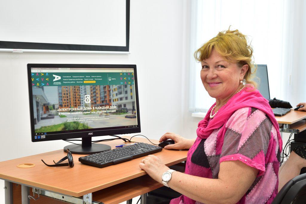 Участников программы «Московское долголетие» научили пользоваться «Электронным домом»