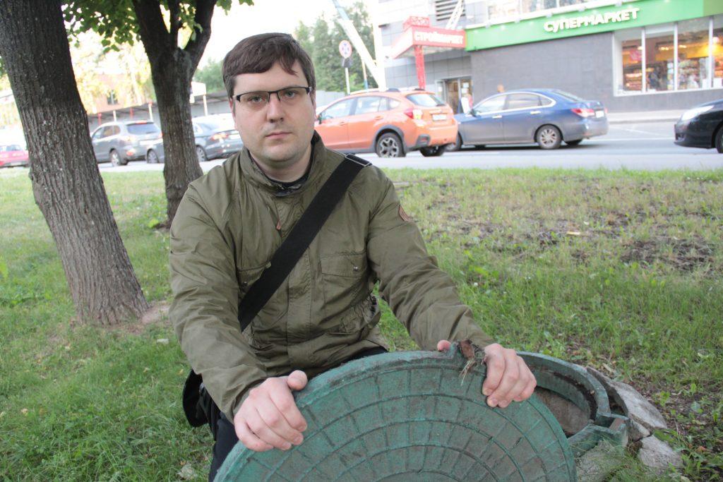 14 июня 2018 года. Активист Максим Сметанин демонстрирует крышку люка, найденную в Чертанове Южном. Фото: Павел Волков