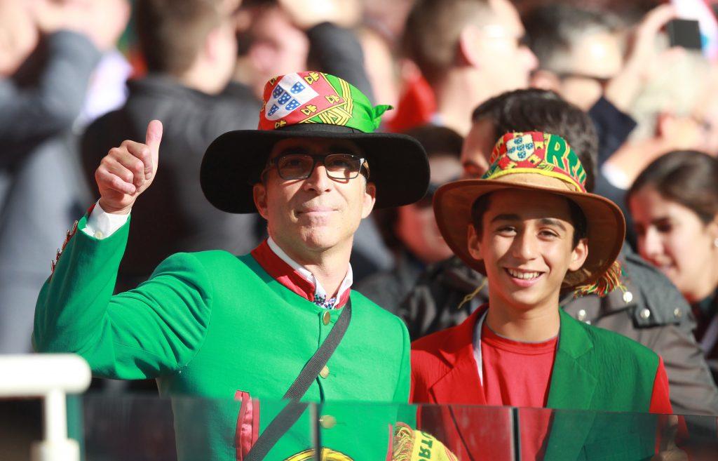 Жители и гости города спешат на матч между Португалией и Испанией. Фото: Наталия Нечаева