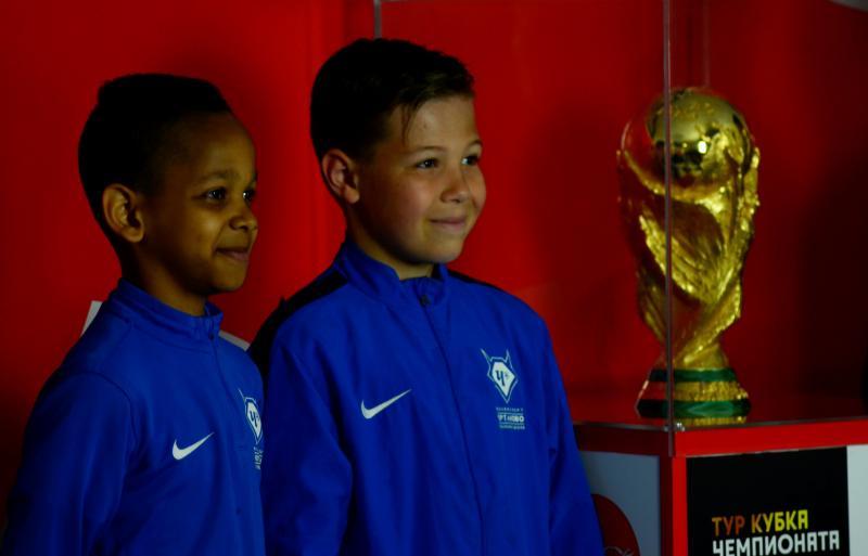 Ребята из спортивной школы фотографируются с Кубком мира по футболу. Фото: Анна Быкова
