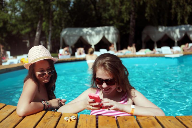 МЧС рекомендует плавать с телефоном в герметичном чехле