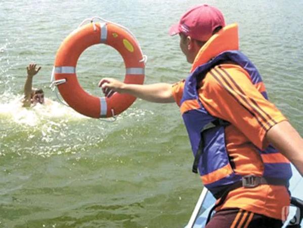 Помощь спасателей на воде
