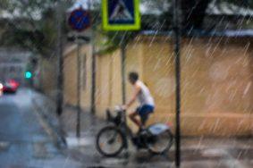 Непогода будет сохраняться в ночь на субботу. Фото: Пелагия Замятина