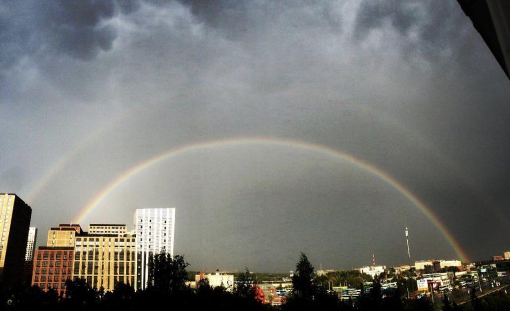 Двойная радуга над домами округа: народные корреспонденты делятся снимками