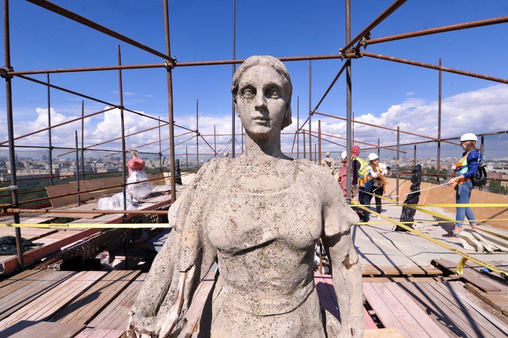 5 июля 2018 го да. Началась реконструкция 16 скульптур Дома у Калужской заставы. Фото: Агентство городских новостей «Москва»