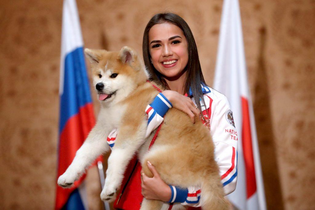 26 мая 2018 года. Алина Загитова получила в подарок от премьерминистра Японии Синдзо Абэ щенка породы акита-ину по кличке Масару