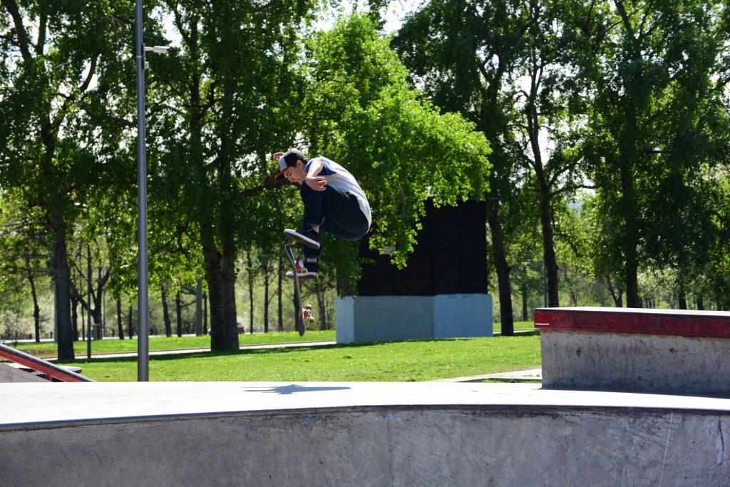 Скейтбордист Денис Шнайдер катается на доске с детства и каждое лето открывает сезон именно здесь. Фото: Пелагия Замятина «Вечерняя Москва»