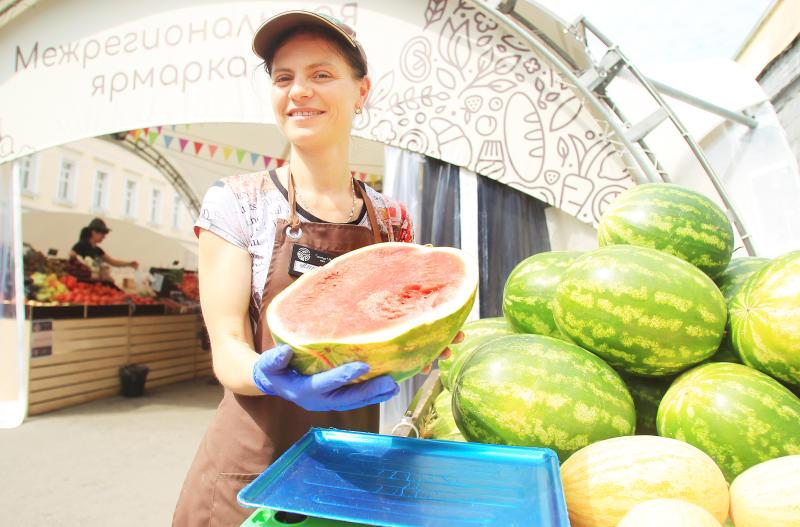 Горожанам советуют покупать арбузы в местах, где соблюдаются санитарные нормы. Фото: Наталия Нечаева, «Вечерняя Москва»
