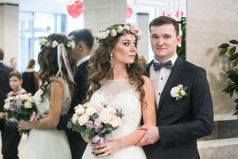 Почти две тысячи пар приурочили свадьбы ко Дню города. Фото: Павел Волков