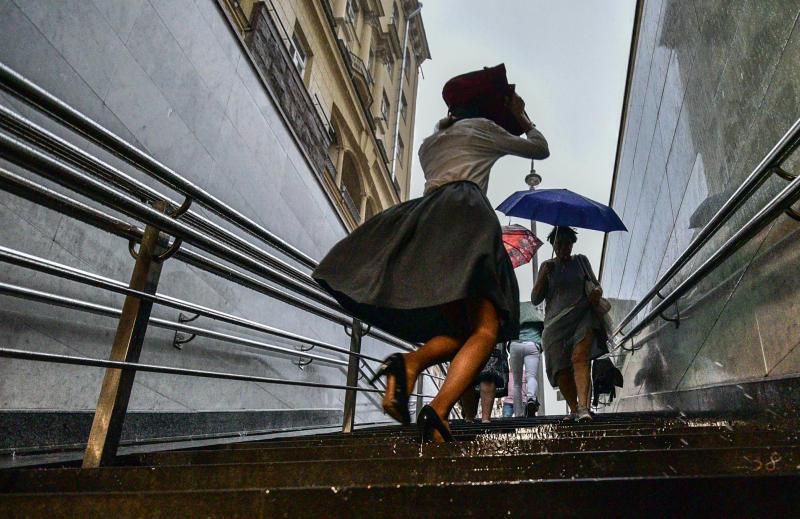 Сильный ветер и дождь с грозой спрогнозировали в Москве