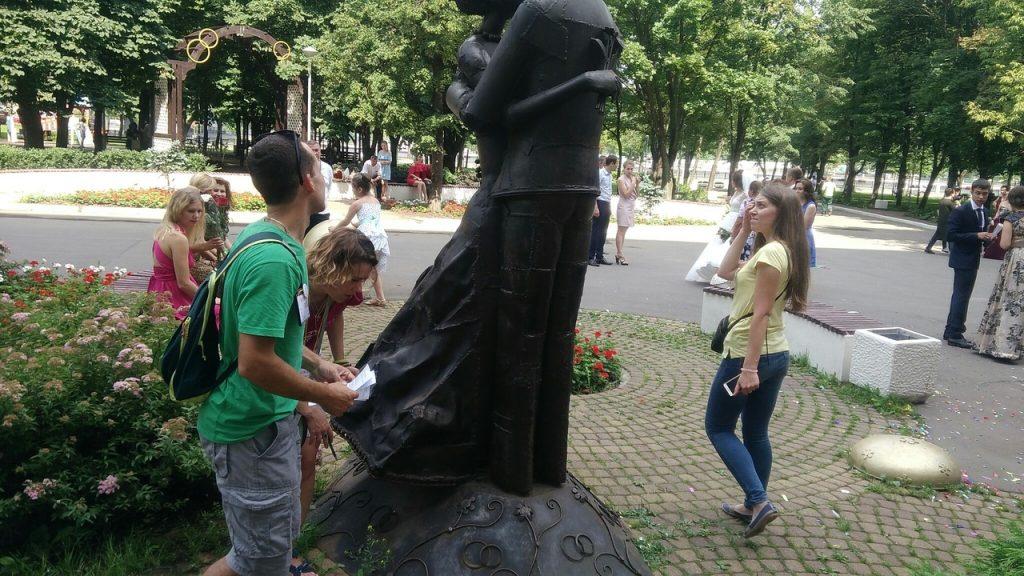 Команда «Пушистое яростное КРЯ» ищет подсказку возле Дворца Бракосочетания. Фото: Максим Землянский
