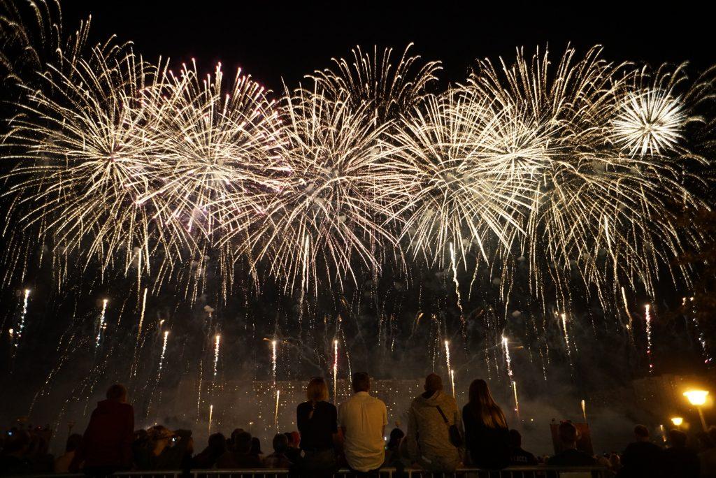 Искрящийся звездопад: народный корреспондент запечатлел фестиваль фейерверков. Фото: Анатолий Цымбалюк