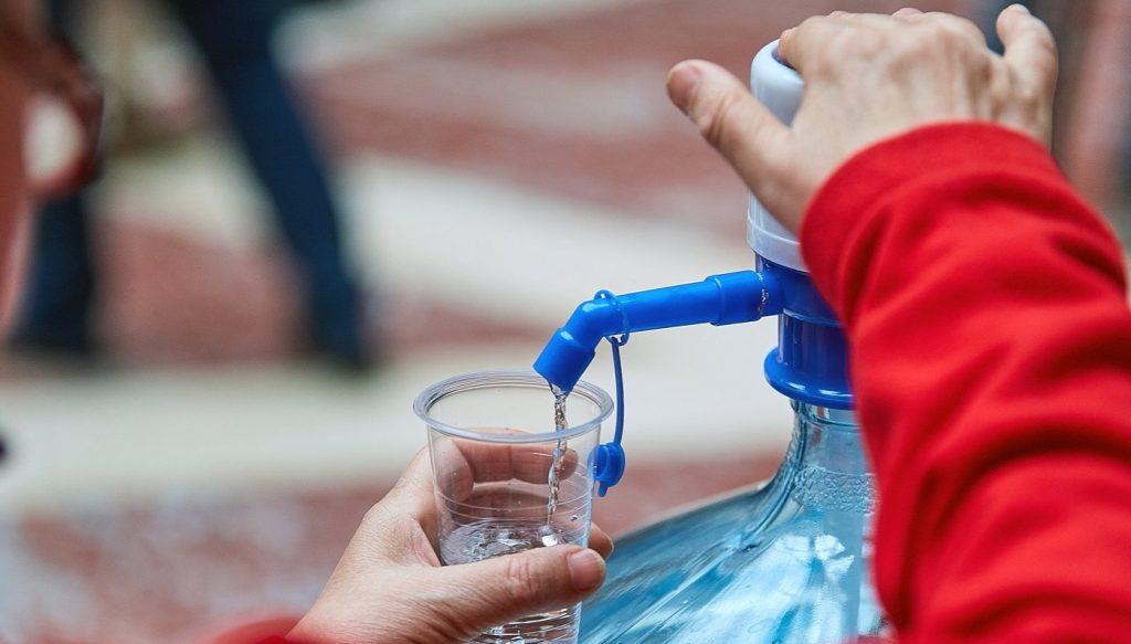 Воду начали раздавать на семи станциях Московского центрального кольца