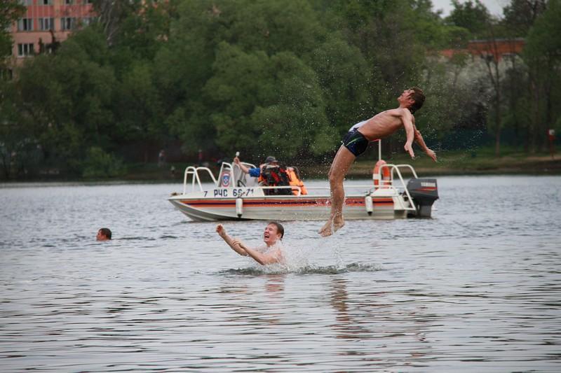 Тысячи москвичей продолжаются купаться в водоемах