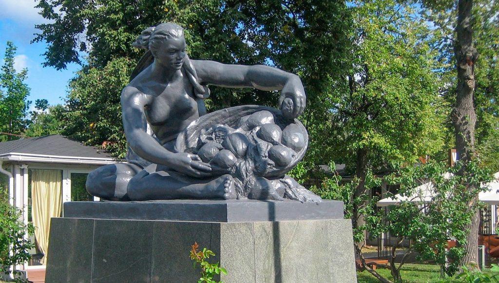 Реставрация скульптур «Земля» и «Вода» завершилась