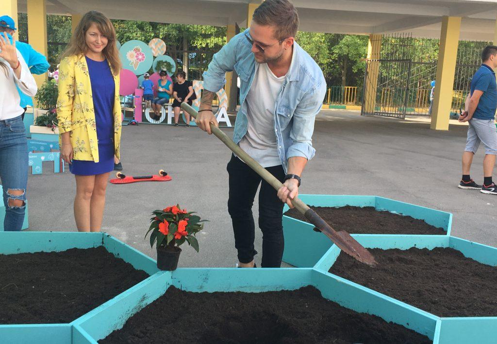 Известный певец посадил растение на юге Москвы