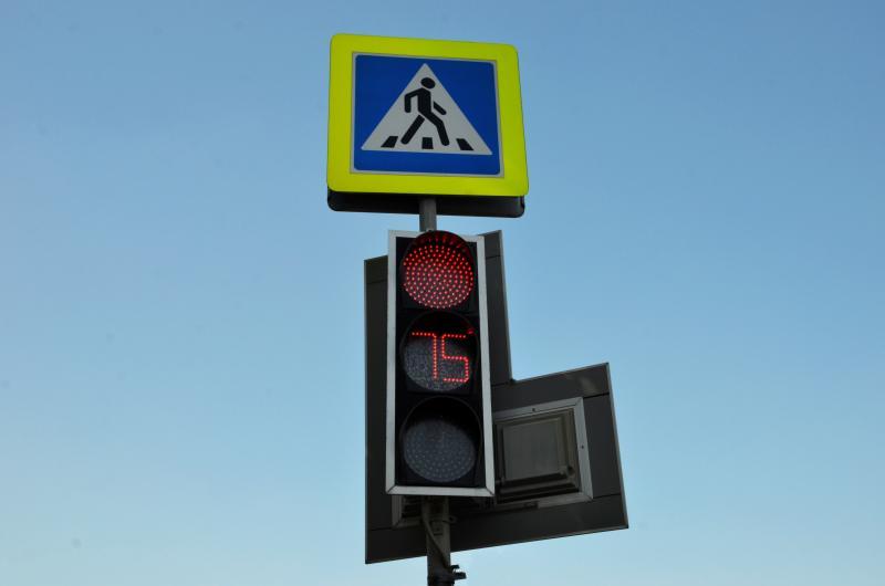 Дорожку к «проблемному» светофору проложили в Орехово-Борисово Южном