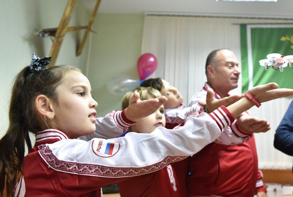 5 октября 2018 года. Эльза Шакаева, Петр Халтурин и Михаил Селиверстов (слева направо) на занятии клуба авиамоделирования