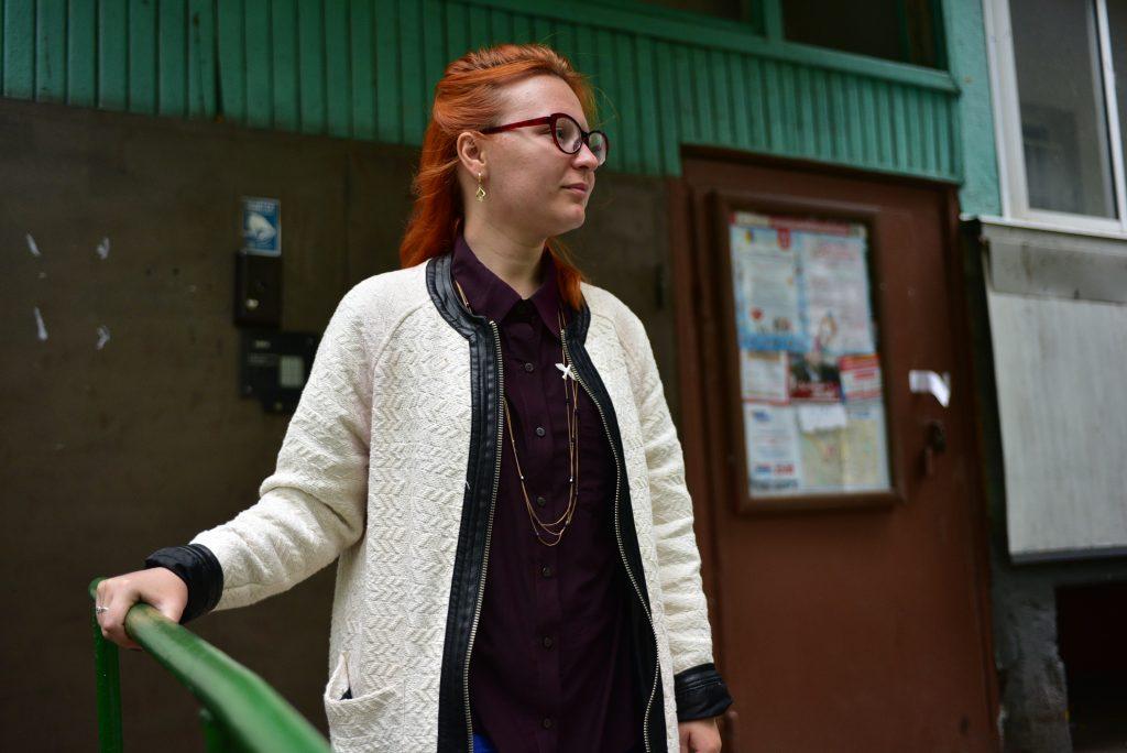 12 сентября 2018 года. Жительница дома Алина Быкова выходит из подъезда, держась за новые перила. Фото: Пелагия Замятина