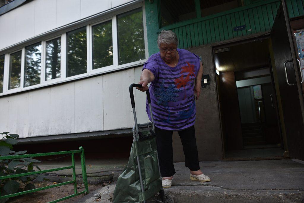 Еще несколько дней назад ее соседка Лариса Крайнева спускалась при помощи тележки. Фото: Пелагия Замятина