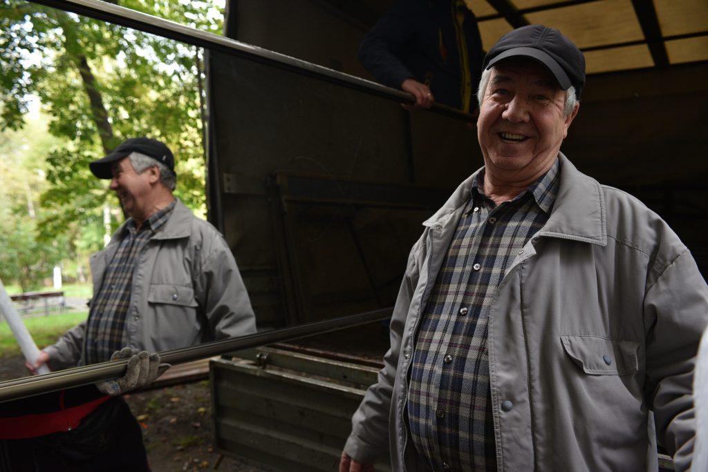 Василий Грозав, глава се- мейства, помогает переносить вещи в новую квартиру. Фото: Пелагия Замятина