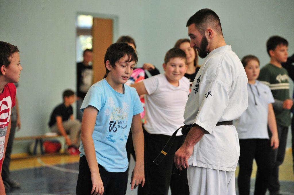 Лучший боец года Ашот Заринян провел тренировку по каратэ для школьников округа