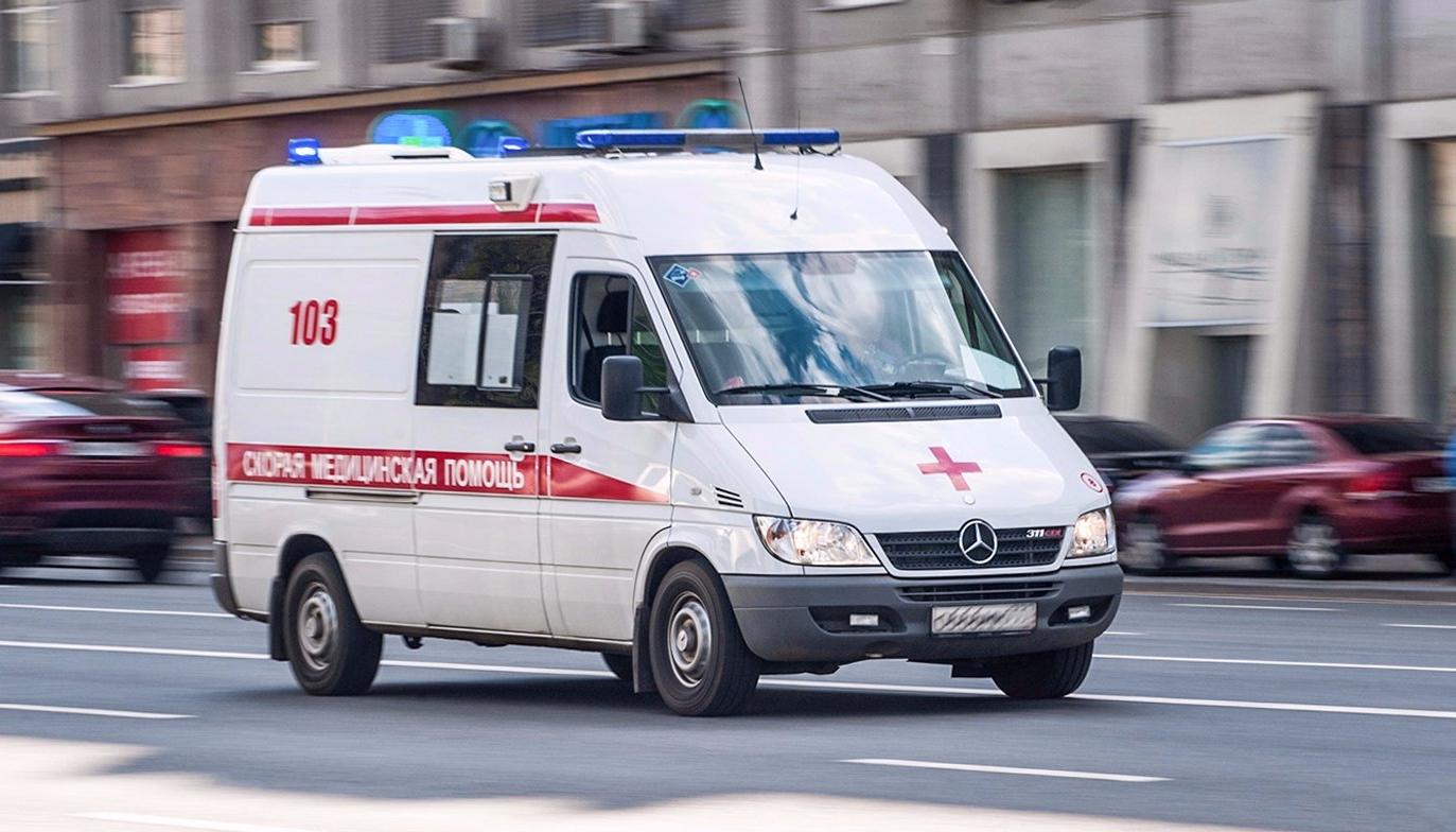 Трех человек госпитализировали после наезда иномарки в Москве