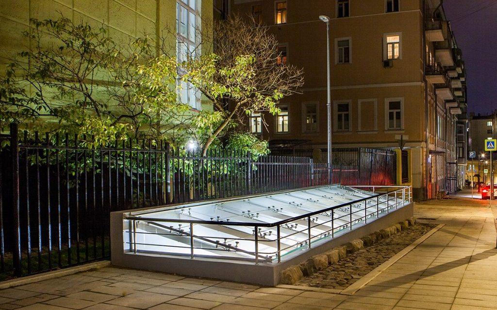Музейная витрина с артефактами появилась в центре Москвы