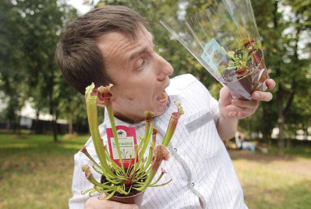 Сергей Куницын на Дне города давал мастер-класс, как правильно ухаживать за хищными растениями и кормить их. Фото: Наталия Нечаева, «Вечерняя Москва»