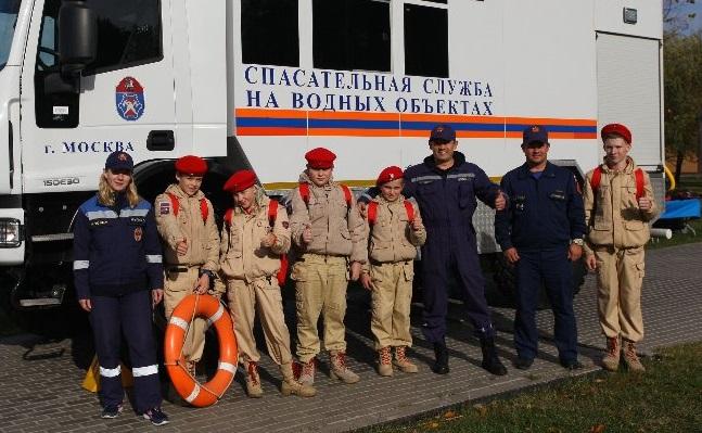 Спасатели провели мастер-классы для рыбаков и юнармейцев в Братеевском каскадном парке