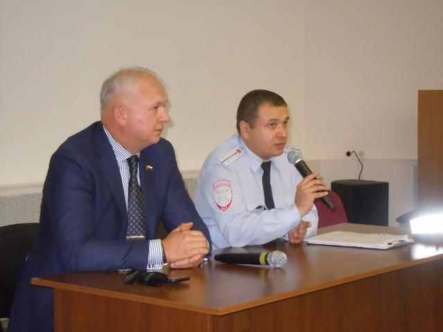 На юге столицы председатель Общественного совета при УВД по ЮАО Харис Ильясов принял участие в проведении круглого стола в школе № 1158