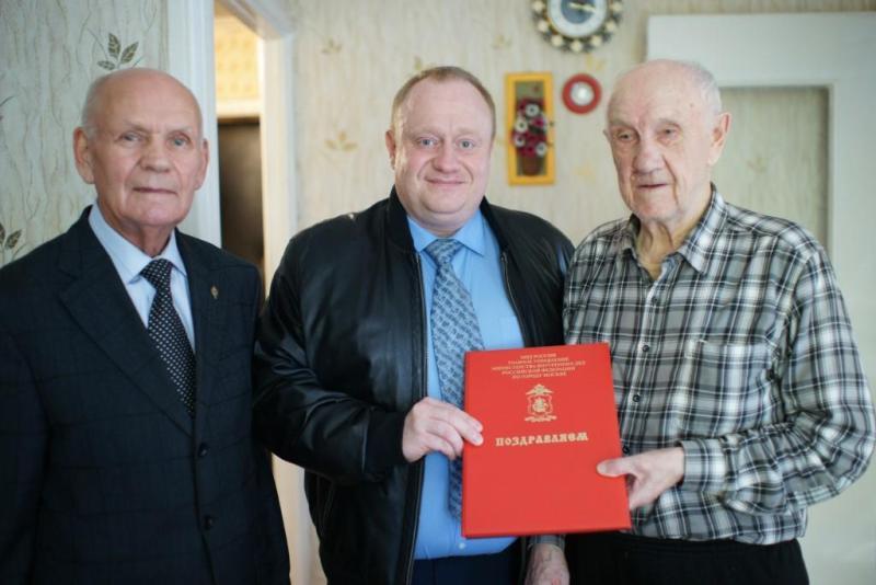 Полицейские УВД по ЮАО поздравили с 90-летним юбилеем ветерана Николая Саяпина