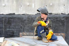 Скульптуры на доме у площади Гагарина одели в стальные сетки. Фото: Светлана Колоскова, «Вечерняя Москва»