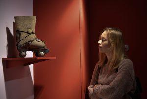 15 ноября 2018 года. Валенки на роликах — этот экспонат представил на выставке Музей города Мышкина. Фото: Пелагия Замятина, «Вечерняя Москва»