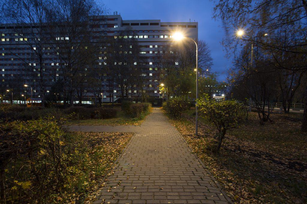 Территорию больницы имени Сергея Юдина оснастили новыми осветительными приборами