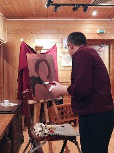 Виктор Маторин готовит основу будущего портрета. Фото: Юлия Панова