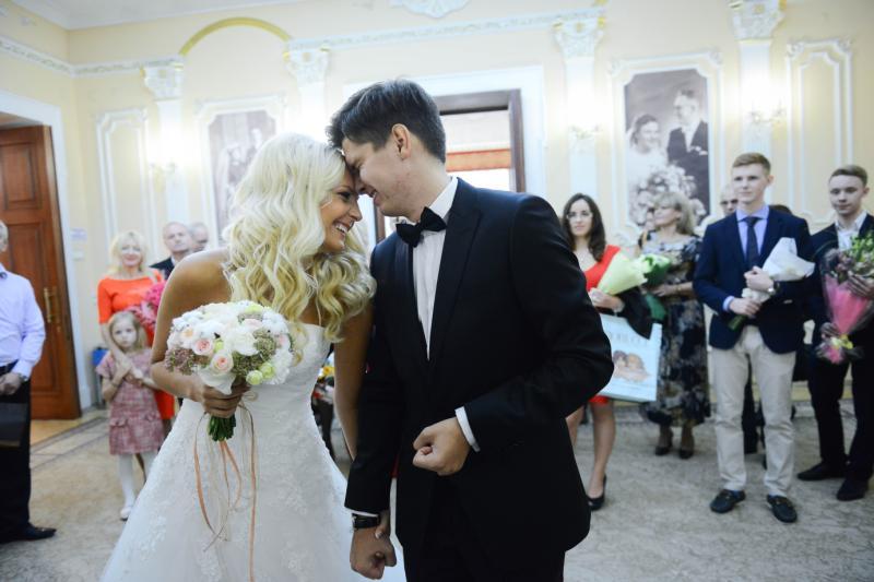 Московские ЗАГСы поженят более тысячи пар накануне Дня матери