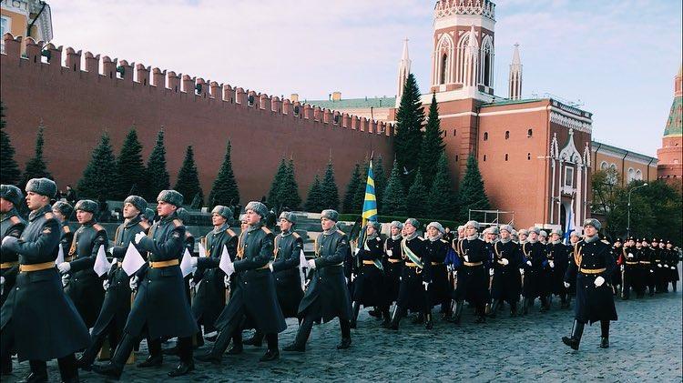 Каждого участника парада зрители встречали аплодисментами. Фото: Елена Кульбак
