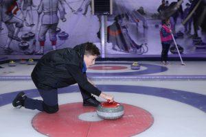 25 ноября 2018 года. Володя Зайцев толкает снаряд на льду. Фото: Екатерина Якель